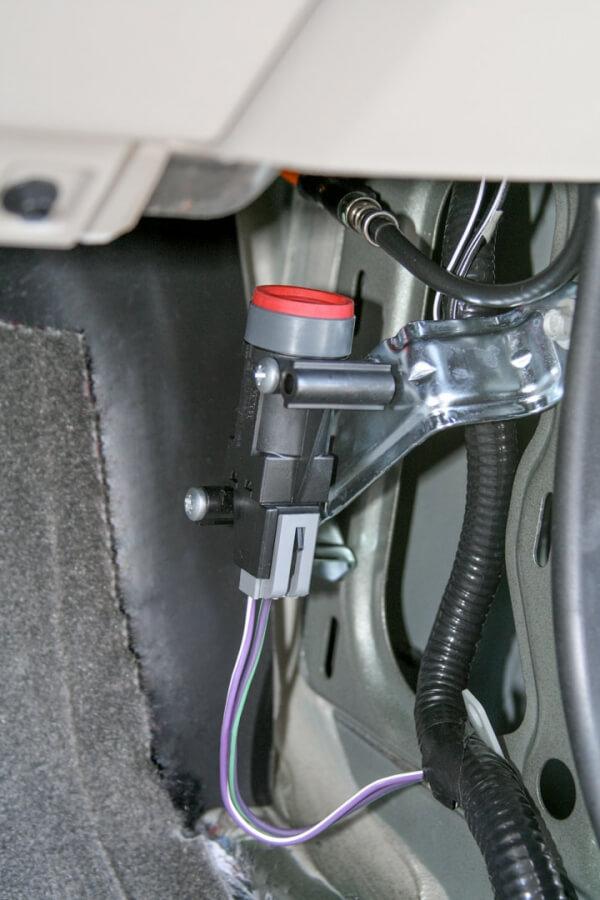 Exemplo de localização do interruptor inercial de corte de combustível.