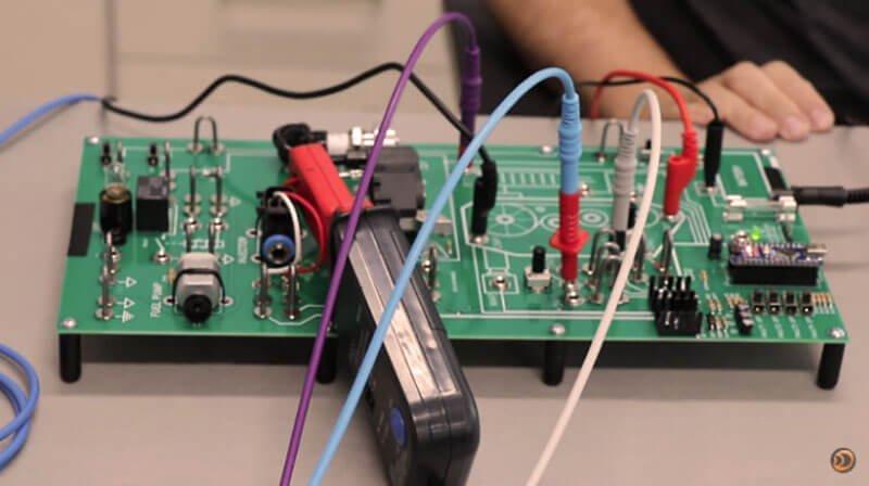 Placa simuladora de um sistema de injeção eletrônica automotiva. Doutor IE