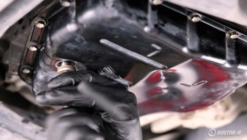 Toyota Corolla 1.8 - procedimento troca de óleo transmissão CVT - reinstalando bujão de drenagem