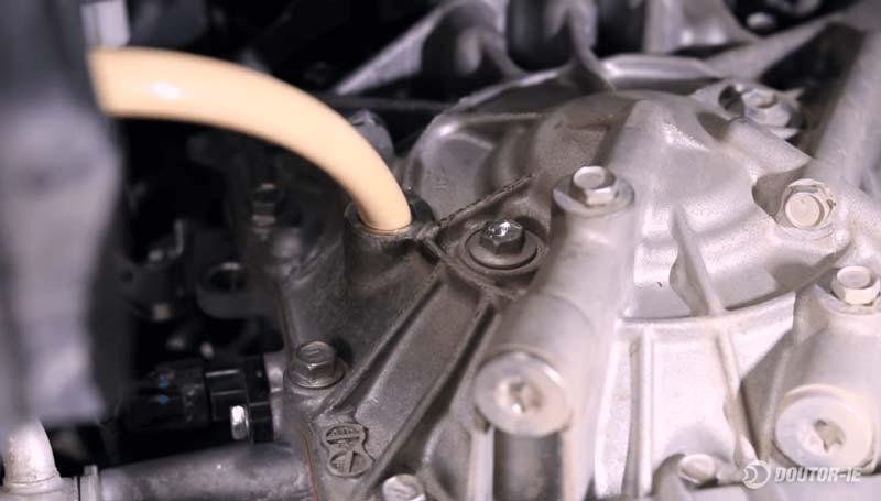 Toyota Corolla 1.8 - procedimento troca de óleo transmissão CVT - funil e mangueira no orifício de abastecimento