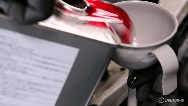 Toyota Corolla 1.8 - procedimento troca de óleo transmissão CVT - abastecimento com óleo novo