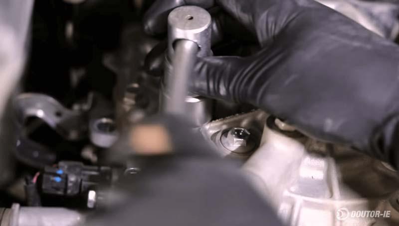 Toyota Corolla 1.8 - procedimento troca de óleo transmissão CVT - reinstalação do bujão de abastecimento