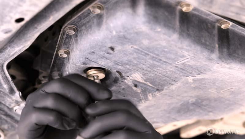 Toyota Corolla 1.8 - procedimento troca de óleo transmissão CVT - remoção bujão de drenagem