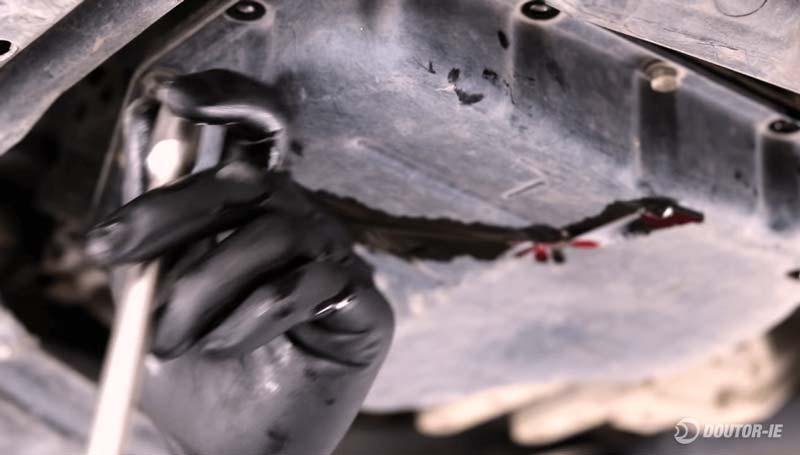 Toyota Corolla 1.8 - procedimento troca de óleo transmissão CVT - afrouxando parafusos do cárter