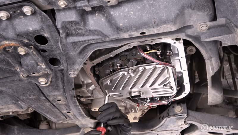 Toyota Corolla 1.8 - procedimento troca de óleo transmissão CVT - instalação do filtro de óleo novo