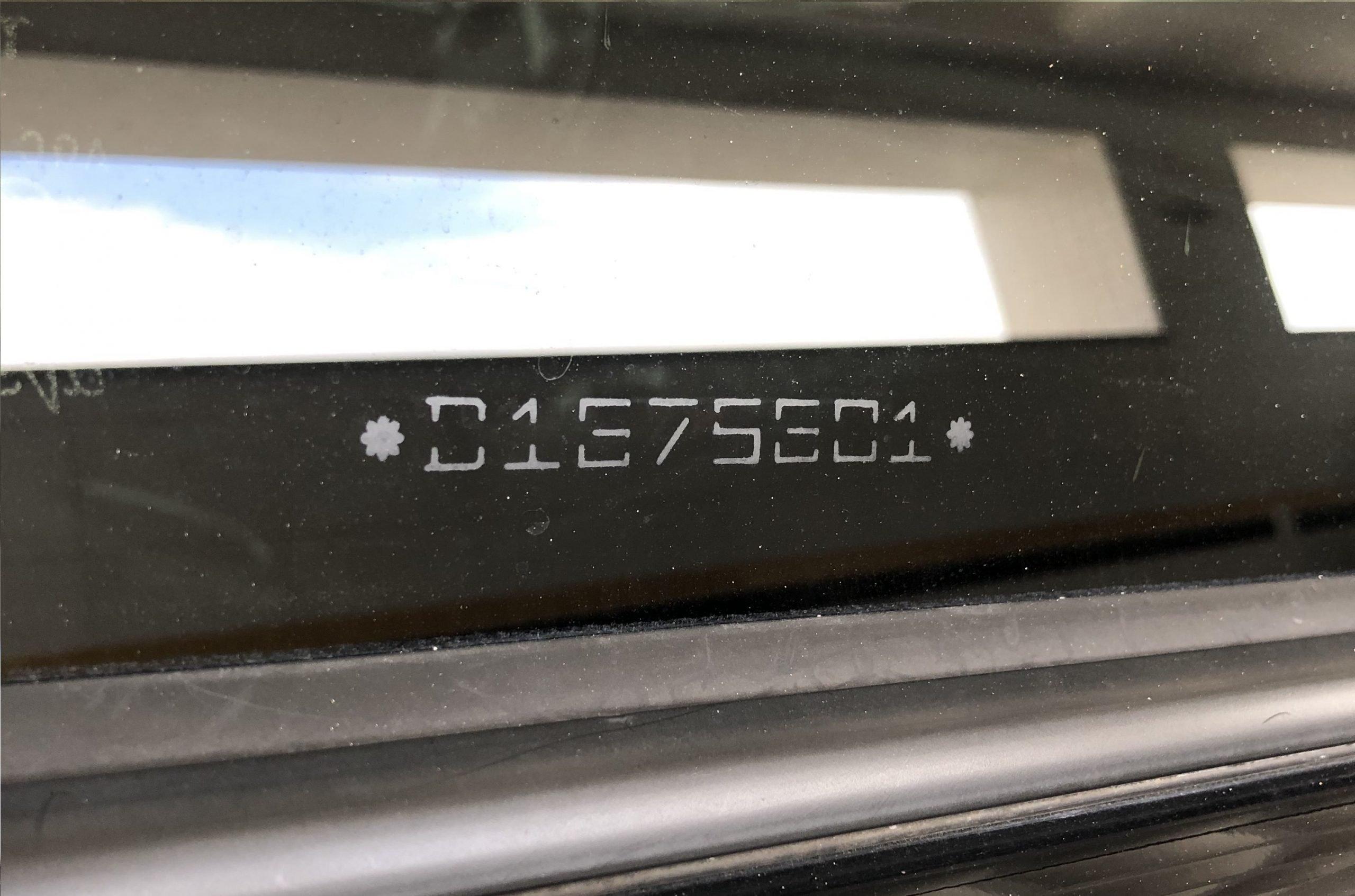 Código no canto inferior do vidro.