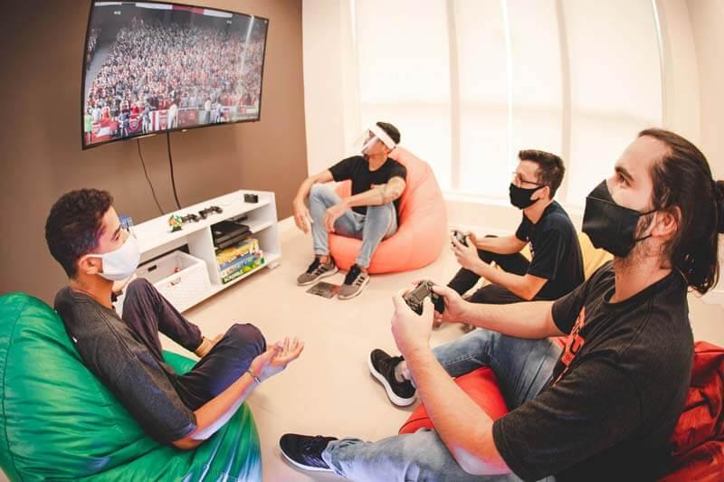 Doutor-IE - Lounge com videogame